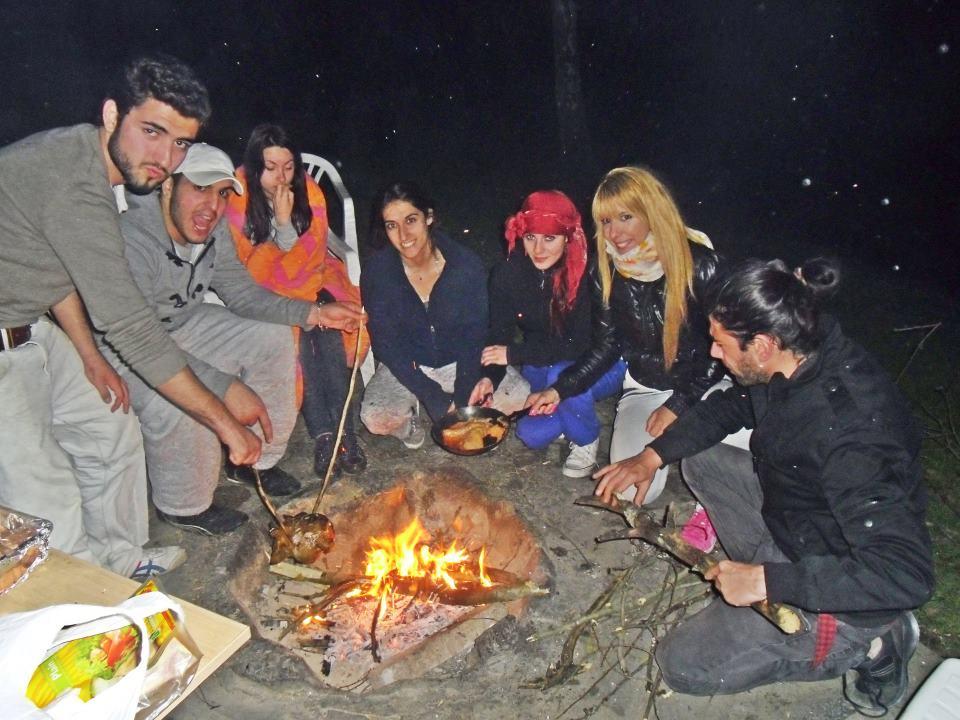 Gece yaktığımız ateş ve kızartmaya çalıştığımız tavuk..