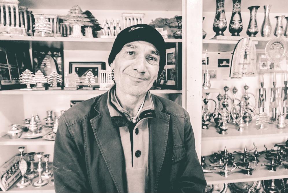Abdul Nafi Al-Afi, Baalbek tapınaklarının bir kısmını çöpe atılmaktan kurtaran adam. Şuanda Balbeek antik kenti girişinde bir hediyelik eşya dükkanı var, parası olmayana bedava dağıtıyor, her gelene kahve ısmarlıyor ve gururlana gururlana gazetelere konu olan haberini gösterip iştahlı iştahlı anlatıyor..