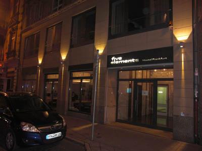 İşte o içinden sokağı ve uyuşturucu tacirlerini izlediğim hostelim.. / 5elements Hostel Frankfurt