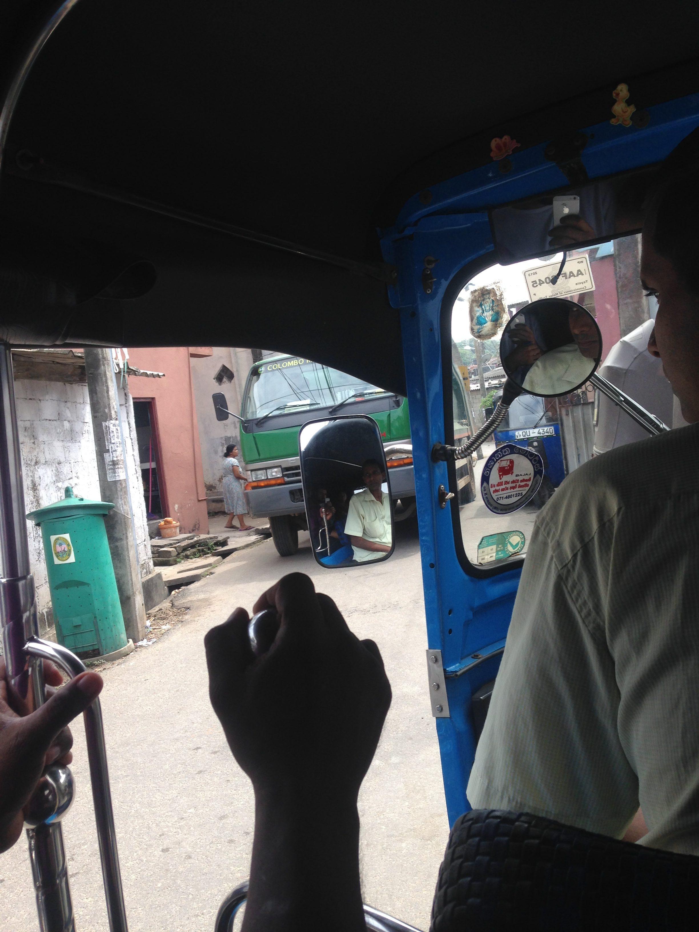 O mahallenin girişi.. / Kolombo varoşları