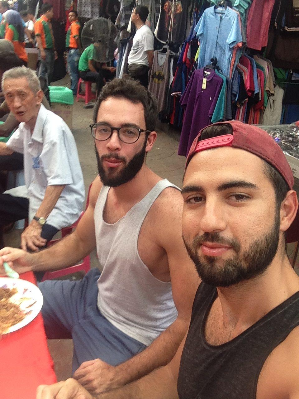 Mert ile birlikte Petaling sokağında bedava noodle'larımızı yerken.. (Ağzında yemek varken çektiğim fotoğrafı koymak zorunda kaldım çünkü malezyadaki tek fotoğrafımız bu :D )